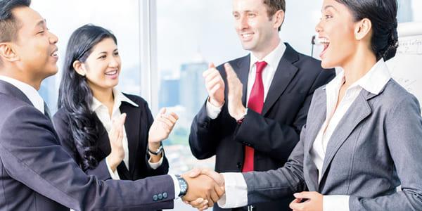Equipo laboral aplaudiendo y saludándose