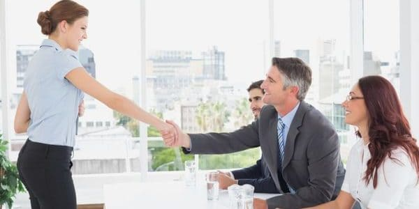 Secretaria saludando a un ejecutivo