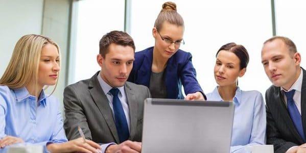 Equipo con ordenador en una reunión de trabajo