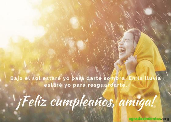 Imagen de feliz cumpleaños amiga con niña bajo la lluvia y rayos de sol